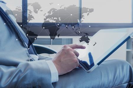 tecnolog�a informatica: El hombre de negocios que usa la tableta con la tecnolog�a de medios sociales, concepto de negocio