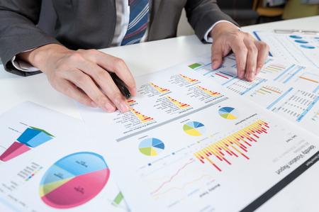 contabilidad financiera cuentas: Empresario informe muestran el an�lisis, el concepto de rendimiento empresarial Foto de archivo