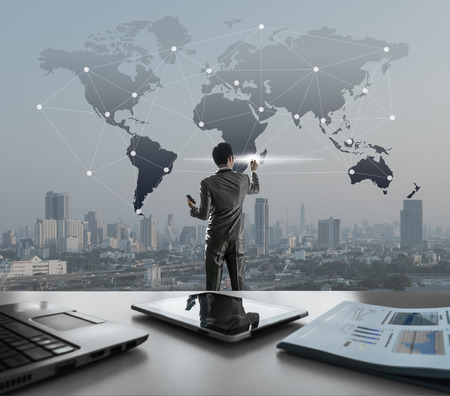 Homme d'affaires appuyant sur l'écran virtuel numérique, marketing mondialisation conceptuelle Banque d'images