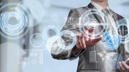 Hombre de negocios en traje gris azul usando lápiz digital que trabaja con el concepto de negocio digital de la pantalla virtual del plan de estrategia de marketing Foto de archivo