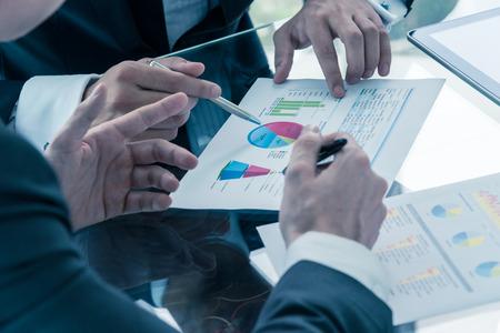 Dos hombres de negocios discutir el desempeño del negocio Foto de archivo - 36909398