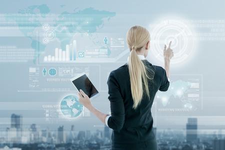 metas: Empresaria de trabajo en la pantalla virtual digital, concepto de estrategia de negocio