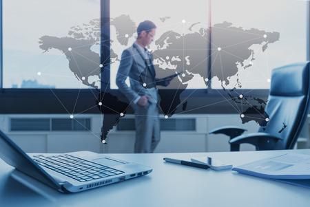 bureau des affaires avec un ordinateur portable, le concept mondialisation des affaires Banque d'images
