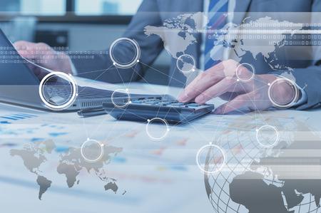 Close up of Geschäftsmann Eingabe auf Laptop-Computer mit Technologie Ebeneneffekt, Geschäfts Globalisierung Konzept