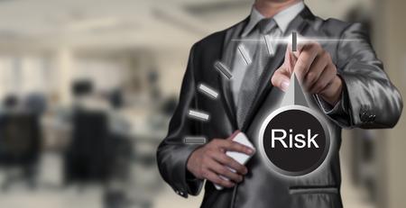 homme d'affaires travaillant sur la gestion des risques, concept d'entreprise