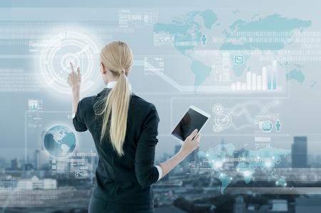 estrategia: Empresaria de trabajo en la pantalla virtual digital, concepto de estrategia de negocio