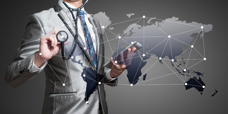 alrededor del mundo: Hombre de negocios con el estetoscopio, concepto de negocio globalización Foto de archivo