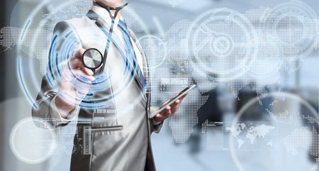 Business man met een stethoscoop, business analyse-concept Stockfoto