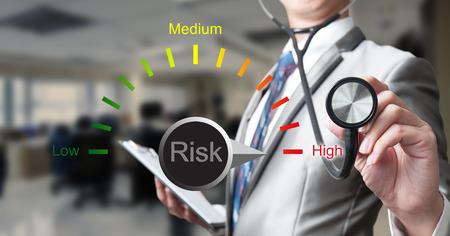 personne malade: Homme d'affaires avec un st�thoscope avec le concept de gestion des risques