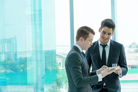 empresario: Dos hombre de negocios dicussing negocios en el cargo