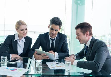 reuniones empresariales: Dos hombre de negocios que usa la tableta en reuni�n