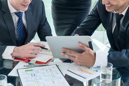 partenaires d'affaires discuter des documents et des idées à la réunion Banque d'images