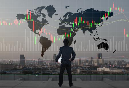 zakenman staan op het dak van skyscrabber, stock marketing concept
