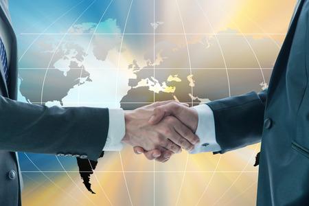 empresas: Negocios apret�n de manos, el concepto de globalizaci�n empresarial