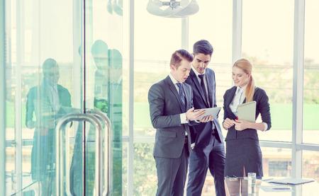 recursos financieros: socios de negocios examinar los documentos e ideas en la reuni�n