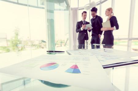 partenaires d'affaires discuter des documents et des idées à la réunion
