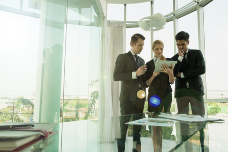 業務: 商業夥伴討論文件和想法的會議 版權商用圖片