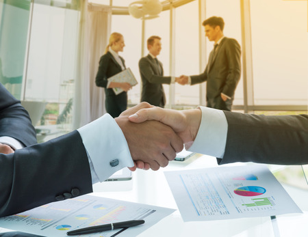 contrato de trabajo: Negocios apretón de manos