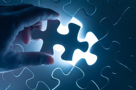 Hand insert puzzel, conceptueel beeld van de bedrijfsstrategie