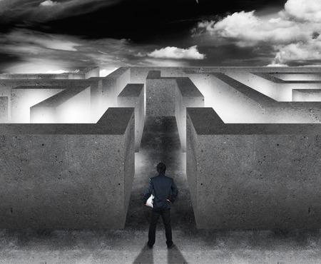 toma de decisiones: Hombre de negocios con laberinto, concepto de negocio de la toma de decisiones