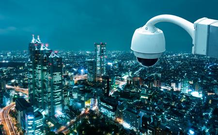 guardia de seguridad: Cámara CCTV Operando con la ciudad de fondo