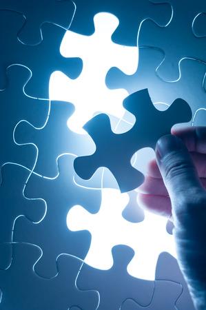 Hand insert legpuzzel, conceptuele afbeelding van business strategie, besluitvorming begrip Stockfoto - 41786582