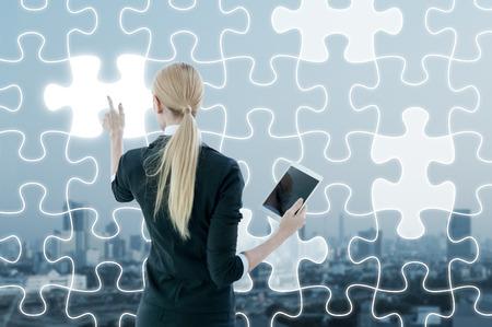 Zakenvrouw werken op digitale virtuele scherm van de puzzel, business strategie-concept