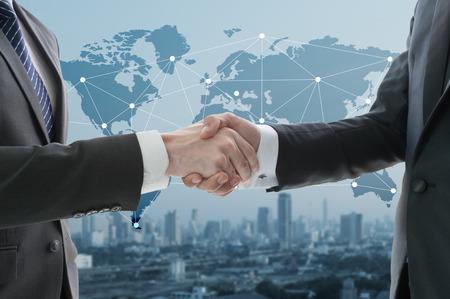 Business hand schudden met digitale grafiek in de achtergrond