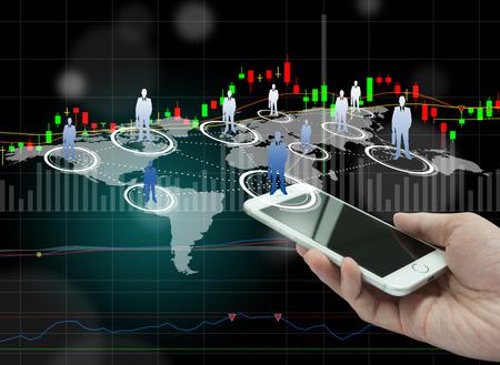 tecnolog�a informatica: La globalizaci�n o de la red social del concepto del fondo con la nueva generaci�n de tel�fonos m�viles Foto de archivo