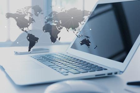 alrededor del mundo: Ordenador portátil con el concepto de la globalización, la tecnología de efecto de capa