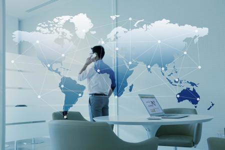 L'homme parle par téléphone mobile et ordinateur portable avec effet de couche de la mondialisation