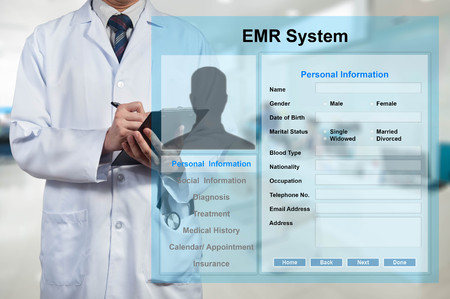 Docteur travaillant avec EMR - système de dossier médical électronique Banque d'images