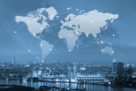 Stad met wereldkaart en conneting lijn, globalisering conceptuele, industriële netwerkcommunicatie concept Stockfoto