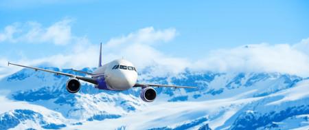 Vliegtuig met de achtergrond van de sneeuw op de bergen, exploratie conceptuele