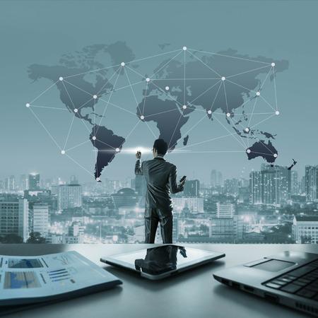 사업가 세계지도, 세계화 개념적에 연결된 선을 그립니다. 스톡 콘텐츠