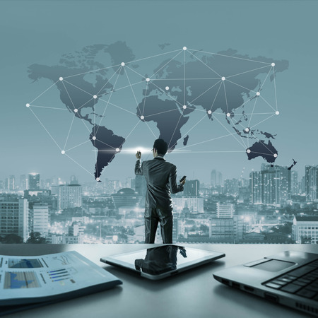 Zakenman trekken verbonden lijn op wereldkaart, globalisering conceptueel Stockfoto