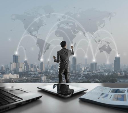 사업가 디지털 가상 화면에 눌러, 세계화 마케팅 개념