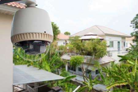 Home-Security comcept, CCTV-camera of surveillance die actief zijn in het dorp
