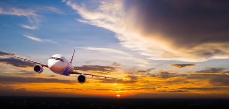 Vliegtuig met achtergrond van bewolkte hemel bij zonsondergang of zonsopgang, exploratie conceptueel