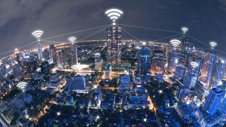 technology: Modrá high-tech tón městské scény spojená čára s wifi znaménkem, technologický koncept, internet konceptuální věci