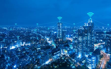 közlés: Cityscape a wi-fi kapcsolat fogalmi, az információs és kommunikációs technológia fogalmát