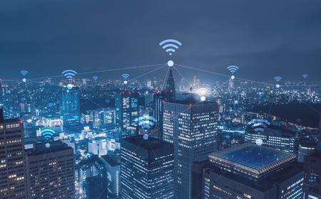 Stadtbild mit Wi-Fi-Verbindung konzeptionellen, Informations- und Kommunikationstechnologie-Konzept Standard-Bild - 65939544