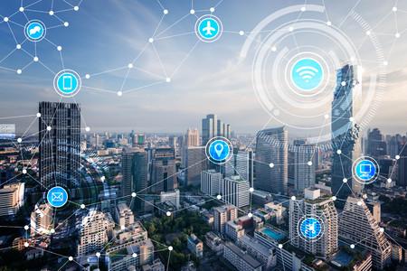 Ciudad inteligente y la red de comunicación inalámbrica, la IO (Internet de las cosas), TIC (Tecnología de la Información Comunicación) Foto de archivo - 66661997