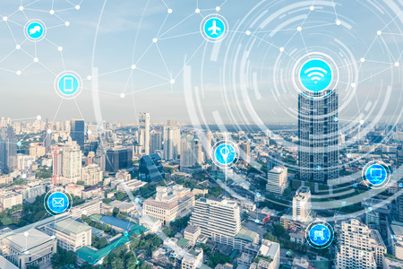 Ciudad inteligente y la red de comunicación inalámbrica, la IO (Internet de las cosas), TIC (Tecnología de la Información Comunicación) Foto de archivo - 66662025