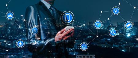 dubbele blootstelling van zakenman werken met IOT, internet der dingen conceptuele