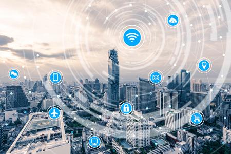 Ciudad inteligente y la red de comunicación inalámbrica, la IO (Internet de las cosas), TIC (Tecnología de la Información Comunicación) Foto de archivo - 66661836