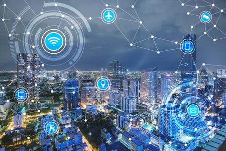 Smart city e rete di comunicazione wireless, IoT (Internet of Things), epoca di internet, connessione di ogni cosa, internet in ogni giorno vite Archivio Fotografico - 66661798