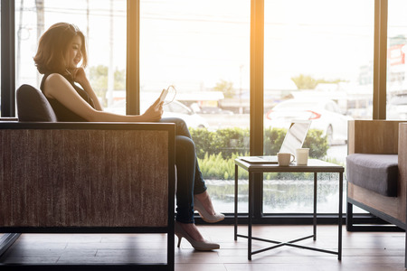 стиль жизни: Умная женщина с помощью смарт-телефона и ноутбук, социальные медиа стиль жизни нового поколения для жизни, Интернет вещей концептуальных Фото со стока