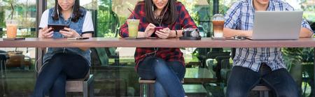 커피 숍에서 스마트 폰, 태블릿 및 랩톱을 사용하는 세 명, 인터넷 개념적 개념의 인터넷 스톡 콘텐츠