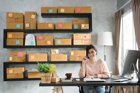 Junge Unternehmer, Teenager Unternehmer die Arbeit zu Hause, Alpha-Generation Lebensstil. Kaffee am Morgen von einem asiatischen Teenager Standard-Bild - 70789473